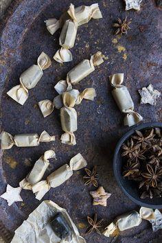 Se oli niin täydellistä. Silloin joskus. Maistui niin lakritsaiselle. Ja toffeelle. En tiedä, mitä reseptissä on muutettu, kun hopeatoffeet pussitettiin ja paketoitiin pieniksi yksittäisiksi karkeiksi, mutta sitä samaa makua, mitä itse pienenä rakastin, ei niissä enää ole. Ovat vähän pehmeitä, salmiakkisia jopa?! Lakritsihulluna halusin tehdä jouluksi lakutoffeeta. Anis toimii hyvin lakun maun tuojana. Lisäksi hommasin