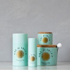 """Un bote de la sal de la vida y de los recuerdos del verano. Recolectada a mano desde 1878 por la Salinera Española, en la Reserva Natural del """"Parc Natural de Ses Salines d'Eivissa"""", perfecta para regalar a los más sosos. Una sal que absorbe el sol, el calor, la brisa y las aguas cristalinas. Una pizca de Ibiza en un bote que promete dar sabor: el mismo que tiene la isla.  #sal #ibiza"""