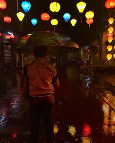 Mi noche increíble / magical night  Las luces la lluvia la música típica el río las linternas. Todo eso encontré en #Hoian. Salté en los charcos tiré mi sombrilla y decidí sentir la lluvia calida de la noche. Esta noche fue fantástica...me sentí como #TedMosby en #Vietnam buscando a una sombrilla amarilla.