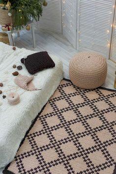 Tapete de crochê feito com a combinação entre o barbante cru e o barbante preto