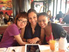 Com duas amigas do intercâmbio no restaurante de comida Tailandesa em Nova Iorque  http://feminilidades.com.br