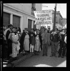 Tres mil negativos salen a la luz, gracias a un fotógrafo que registró la vida de los chilenos durante el gobierno de Salvador Allende. El Golpe de Estado lo llevó a enterrar su secreto, pero hoy se muestra públicamente en la web de la Biblioteca Nacional Digital y las puedes ver aquí. Spaces, Mothers, Thanks