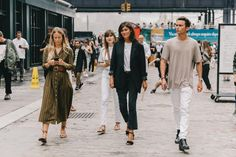 Jennifer Neyt y Emmanuelle Alt de Vogue Paris. New York Fashion Week Street Style, Ny Fashion Week, Fashion Weeks, Fashion 2018, Emmanuelle Alt, New Look Fashion, Packing Clothes, Adventure Style, Style Snaps