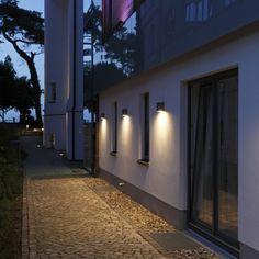 trop rasant - ERCO - Trouver la lumière - Appareils d'éclairage de façade - Kubus Facade Lighting, Outdoor Garden Lighting, Exterior Wall Light, Exterior Lighting, House Exterior, Outdoor Walls, Garage Lighting, Modern House Exterior, Lighting Design Interior