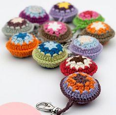 Ciondoli per borse all'uncinetto by Anabelia craft design [Colgantes para bolsos] - Crochet Gifts, Diy Crochet, Crochet Summer, Crochet Bags, Crochet Motifs, Crochet Patterns, Crochet Keychain, Crochet Necklace, Crochet Handbags