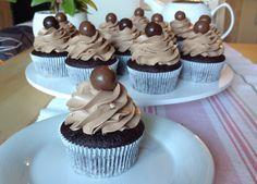 VÍKENDOVÉ PEČENÍ: Čokoládové cupcakes Cheesecake Cupcakes, Cheesecake Brownies, Fondant Cupcakes, Chocolate Cupcakes, Cupcake Cakes, No Cook Desserts, Sweet Desserts, Mini Cheesecakes, Mini Cakes