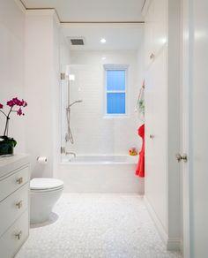kleines bad weiße fliesen fenster badewanne dusche kombination