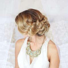 RETRO HAIR, GREAT BRIDALLOOK TOO! WITH SOME FLOWERS IN IT....