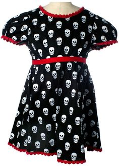 Sourpuss Black Mini Skull Dress is just perfect for your lil lady. This vintage inspired black dress has white skull pattern with little puff sleeves, red scallop trim, zips up at the back and has a removable fabric belt. Goth Baby, Punk Baby, Fashion Mode, Kids Fashion, Kids Outfits, Cool Outfits, Rockabilly Baby, Steampunk, Skull Dress