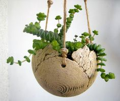 Blumenampel aus Keramik, Balkon dekorieren / pottery hanging plant pot, gardening made by Beck-Keramik via DaWandacom Click the link to visit our site Hanging Pots, Hanging Baskets, Slab Pottery, Ceramic Pottery, Ceramic Plant Pots, Pottery Designs, Ceramic Flowers, Paper Clay, Plant Holders