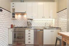 Renoverat kök i vitt & rostfritt
