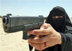 Policial feminina iraquiana, com vestes muçulmanas, aponta pistola durante cerimônia de graduação em Karbala a 80 km de Bagdá. http://g1.globo.com/Noticias/Mundo/0,,MUL613690-5602,00-IRAQUE+ENTREGA+DIPLOMAS+A+POLICIAIS+FEMININAS+EM+KERBALA.html