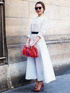Fashion-Designerin Ulyana Sergeenko liebt super-feminine, dramatische Looks im Stil früherer Holywood-Diven. Klar, dass ihr Streetstyle oft süße Polka-Dot-Kleider beinhaltet!