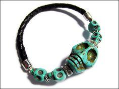 Armband aus echtem, geflochtenen Leder mit Howlith-Perlen in wunderschönem Türkis. Der große mittlere Skull bildet den Blickfang und wird von klein...