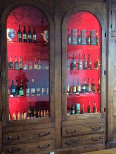 Vitrine présentant une collection de vieilles bouteilles de liqueur #chartreuse