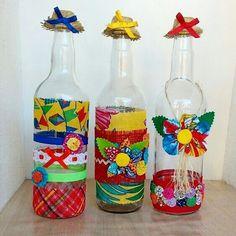 Garrafas Decoradas para Festa Junina Rooftop Party, Love Birthday Cards, Bee Gifts, Crafts For Kids, Diy Crafts, Bee Cards, Plastic Tablecloth, Farm Birthday, Bee Happy
