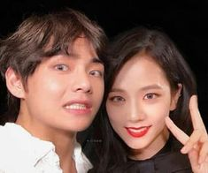 #V #JISOO Taehyung, Bts Girl, Kpop Couples, Blackpink And Bts, Paper Hearts, About Bts, Blackpink Jisoo, Brain Teasers, The Funny
