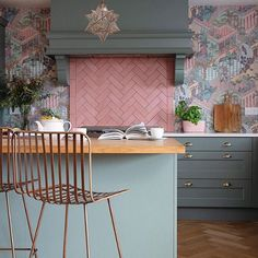 Pink herringbone tiled splashback, copper metal bar stools, green kitchen units and green and pink wallpaper in the kitchen Kitchen Colors, Kitchen Decor, Pink Kitchen Interior, Colourful Kitchen Tiles, Teal Kitchen, Gold Interior, Kitchen Ideas, Pink Tiles, Kitchen Interior