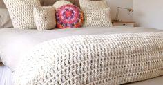 Donde la textura es la protagonista En el inicio de este invierno presentamos la nueva linea de almohadones y pies de cama tejidos 100% a... Free Crochet Bag, Crochet Fabric, Filet Crochet, Crochet Home Decor, Diy Home Decor, Knitted Blankets, Vintage Crochet, Bed Spreads, Bed Sheets