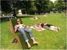 Nos dias de hoje, trazer para dentro de casa um pedacinho da natureza tem se tornado uma tendência cada vez mais forte. Hortinhas, jardins de inverno, tapetes de grama… Mas tem gente fazendo isso de maneira inversa. Conheça Lisette Spee! Com colaboração do arquiteto Tim Van Den Burg, a artista incorporou no parque Valkenberg, na Holanda, poltronas chaise lounge que simulam uma continuação da superfície natural do parque.