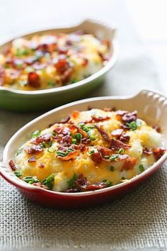 Loaded Cauliflower Mash Bake Cheesy mashed cauliflower made with a touch of whipped butter, buttermilk, garlic and herbs and topped with cheese and bacon – low-carb, low calorie and keto, but you'll swear it's totally indulgent! Ww Recipes, Side Dish Recipes, Vegetable Recipes, Dinner Recipes, Cooking Recipes, Healthy Recipes, Skinnytaste Recipes, Banting Recipes, Gastronomia