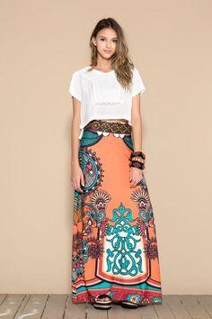 Uma das grandes dificuldades das mulheres é como usar Saias! Qual modelo usar, alguma saia aumenta meu quadril, com qual blusa eu devo combinar??? Pen...