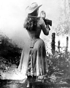 Annie Oakley shooting over her shoulder using a hand mirror. Annie Oakley shooting over her shoulder using a hand mirror. Annie Oakley, Mia Farrow, Ellen Von Unwerth, Le Far West, Interesting History, Interesting Photos, Interesting Facts, Women In History, Vintage Pictures