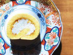 【柚子ロール】 柚子の皮と一緒に焼き上げた生地の中に、柚子のクリームを入れた、素材を贅沢に使った香り豊かなロールケーキです。