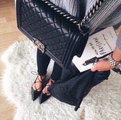 """Sac Chanel + Veste en cuir : On piquerait bien ce look pour la journée (ou pour toujours) ! Et vous, vous l'avez lu le livre """"How to be Parisian Wherever you are"""" ?"""