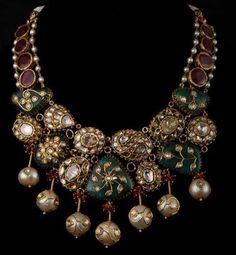 A diamond- and gold-set emerald, ruby, diamond, and gold necklace. India Jewelry, Jewelry Art, Antique Jewelry, Gold Jewelry, Fashion Jewelry, Fine Jewelry, Jewelry Making, Quartz Jewelry, Trendy Jewelry