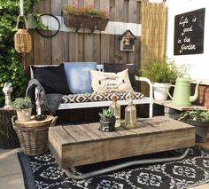 How pretty is this can help you a and more on the wall. Outdoor Rooms, Outdoor Living, Outdoor Sofa, Outdoor Decor, Pallet Furniture, Outdoor Furniture Sets, Home Decor Bedroom, Diy Home Decor, Ideas Terraza