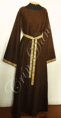 Léine (Vestido) de linho marrom, com manga longa e fita bordada decorativa com motivos de espiral em verde, bege e marrom.