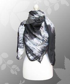 Sehr großes Dreieckstuch mit einer coolen unregelmäßigen Musterung in schwarz, weiß und grau.    Das komplette Tuch ist an den Rändern mit einer gestr