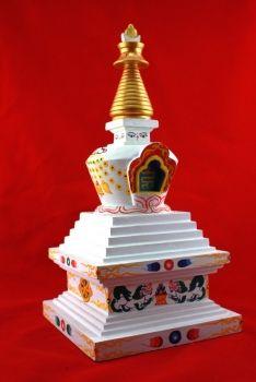 Stupa hout hand beschilderd  Respect betuigen aan Boeddha doen de boeddhisten in een tempel of stupa. Een stupa is een monument waarin vaak een overblijfsel van boeddha of een verlichte descipel 'volgeling' wordt bewaard. In zo'n stupa of tempel kan men boeddha vereren of er stil zitten mediteren. Bezoekers brengen er bloemen of wierook mee om hun respect te tonen aan boeddha
