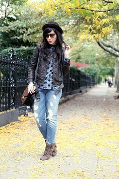 Best How To Wear Boyfriend Jeans With Boots Polka Dots Ideas Shoes For Leggings, Rolled Jeans, How To Wear Sneakers, Fall Winter Outfits, Winter Style, T Shirt And Jeans, Leather And Lace, Leather Jacket, Jeans Style
