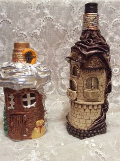 Fotografia Liquor Bottle Crafts, Wine Bottle Art, Diy Bottle, Diy Crafts Slime, Diy And Crafts, Clay Fairy House, Dollar Tree Decor, Wine Bottle Covers, Fairy Jars