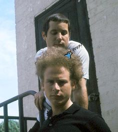 Simon and Garfunkel! Who knew Art's hair could be a cozy home for birds? I think Paul's jealous. Simon Garfunkel, Dynamic Duos, Paul Simon, Famous Couples, Iconic Photos, Band Posters, John Lennon, Music Artists, Rock N Roll