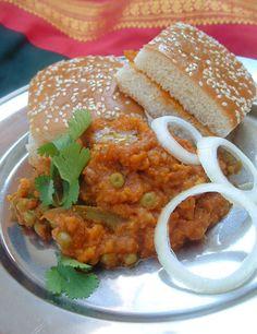 Bonjour et bienvenue. Aujourd'hui on va faire Pav bhaji. « Pav » c'est une sorte de pain et « bhaji » ce sont des légumes. C'est une recette originaire du Maharashtra, où se trouve Mumbai, la cité bolywoodienne, mais aujourd'hui cette recette est répandue...