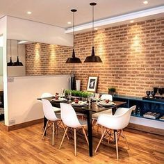 Sala de tijolos, cadeira Eames + pendente prato.