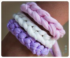 Pulseras de trapillo Diy Fabric Jewellery, Macrame Jewelry, Diy Jewelry, Yarn Bracelets, Diy Hair Bows, Diy Projects To Try, Leather Jewelry, Diy Hairstyles, Knit Crochet
