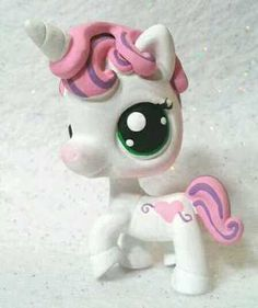 Oh my gosh sweetie bell from mlp (my little pony) as an Lps (littlest pet shop) Lps Littlest Pet Shop, Little Pet Shop Toys, Little Pets, Custom Lps, Lps Accessories, Lps Toys, Sweetie Belle, Adrien Y Marinette, Cute Toys