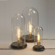 Lampe à poser de petit format dans la collection Globe Lamp de Serax, composée d'une base ronde en bois naturel, d'un cordon d'alimentation gainé de textile noir et blanc avec prise de secteur et i...