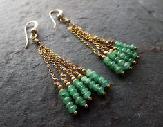Artículos similares a Emerald and gold chandelier Cleopatra earrings en Etsy
