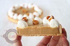 Si vous cherchez une recette simple mais néanmoins délicieuse pour changer des crêpes, la recette est toute trouvée! Voici une tarte au chocolat dulcey qui saura satisfaire vos papilles. Vous connaissez le dulcey de Valhrona? C'est un chocolat blond que l'on doit à Frédéric Bau, Monsieur Chocolat! Une invention absolument pas préméditée puisqu'il a oublié … … Lire la suite →