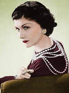 Icon: Coco Chanel Coco Chanel and her pearls. We should all have pearls.Coco Chanel and her pearls. We should all have pearls. Citation Coco Chanel, Coco Chanel Quotes, Citations Chanel, Pearl Quotes, Moda Chanel, Chanel Chanel, Chanel Runway, Chanel Pearls, Chanel Jewelry