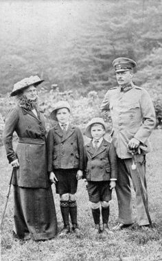 From left: Grand Duchess Eleonore of Hesse and by Rhine, Hereditary Grand Duke Georg Donatus, Prince Louis, Grand Duke Ernst Ludwig of Hesse and by Rhine