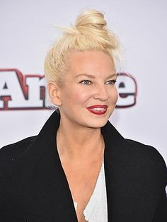 Shy Sia Furler puts her best face forward at the premiere of Annie ...