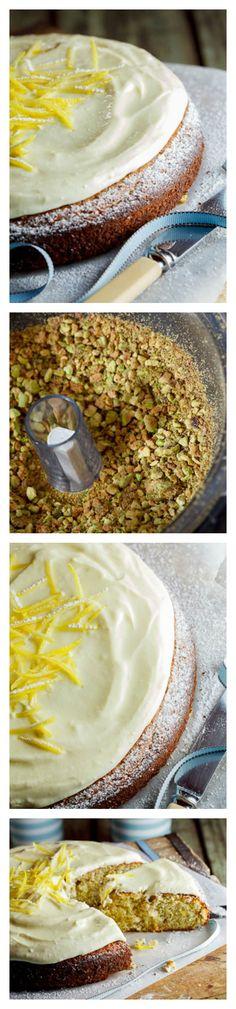 Pastel de limón y pistacho con crema de chocolate blanco