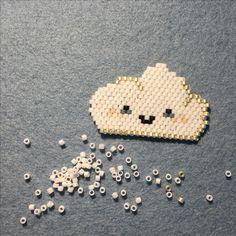 Happy cloud, brick stitch avec perles Miyuki. By Sha, un nuage trop mignon! et si ça vous inspire retrouvez tout le matériel nécessaire sur https://la-petite-epicerie.fr/fr/720-perles-miyuki-brickstitch-peyote-acheter-pas-cher