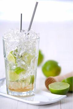 CAIPIRINHA, ein brasilianischer Cocktail-Klassiker: 1 Limette achteln und im Glas zerdrücken, mit 2-3 TL Rohrzucker mengen und mit Crushed ice auffüllen, 4-6 cl Cachaça hinzugeben, umrühren - fertig! #wm2014 #rezept